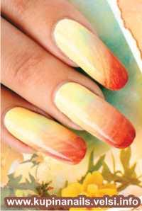 Прокрываем небольшую часть ногтя светло-желтым цветом