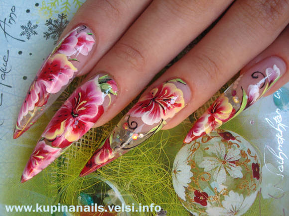 Неимоверно красивый в исполнении китайской росписи ногтей гладиолус.