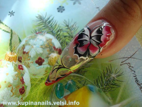 Красные гладиолусы будут прекрасно сочетаться с черно-белой бабочкой «Летучая мышь» на большом ногте.