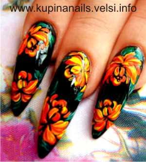 Дизайн ногтей - цветущие пионы. Шаг 4. Темно-зеленой краской рисуем листья, для большей выразительности светло-зеленым цветом наносим тонкий контур. Фото 4.
