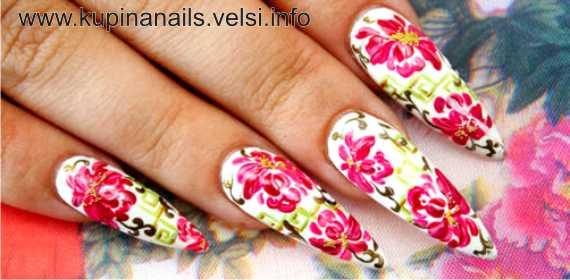 Дизайн ногтей - цветущие пионы. На белом фоне, наши традиционные повседневные пионы превращаются в праздничные.